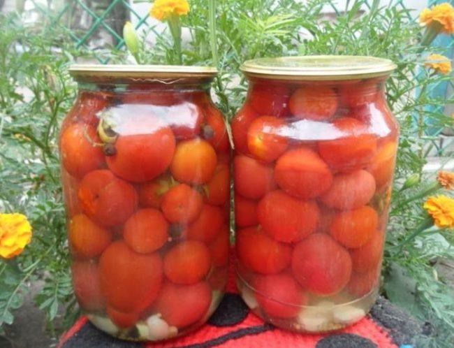 Две стеклянные банки с помидорами сорта Черри на зиму
