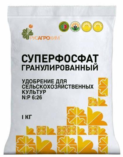 Пакет с гранулированным суперфосфатом весом в один килограмм