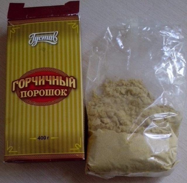 Порошок горчицы в пакете для подготовки раствора от парши на яблоне