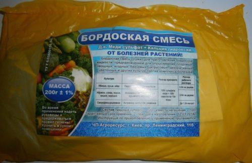 Пакет с бордоской смесью для обработки яблоневого сада от заболеваний