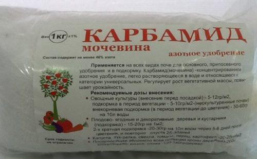 Пакет с азотным удобрением карбамид для подкормки яблони весной до цветения