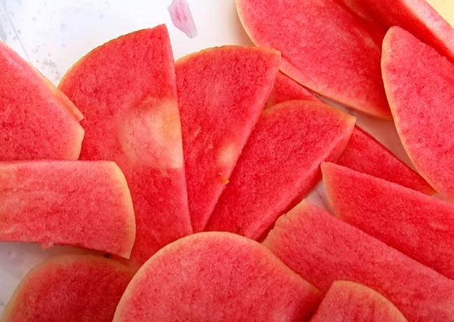 Кусок яблок с окраской, типичной для селекционного сорта Розовый Жемчуг