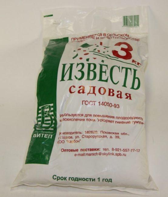 Пакет весом 3 килограмма с известью садовой для внесения под яблони