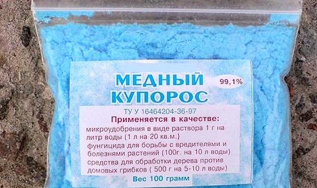 Полиэтиленовый пакет с синими кристаллами медного купороса для обработки яблони
