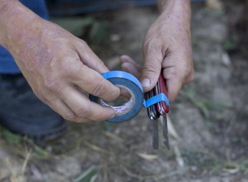 Скрепление двух ножей изолентой для проведения летней прививки дудочкой