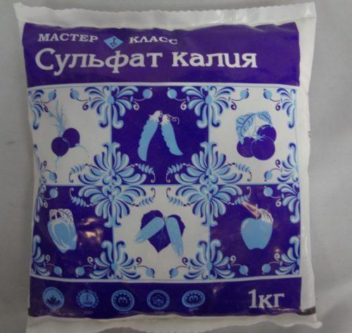 Полиэтиленовый пакетик с гранулированным сульфатом калия для подкормки яблони в августе