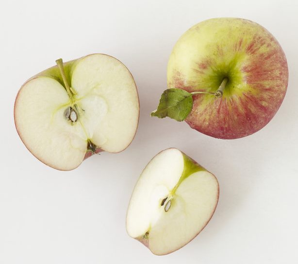 Внешний вид плода и мякоти яблок народного сорта Боровинка