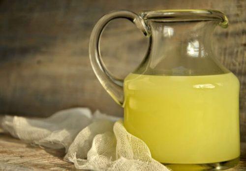Стеклянный кувшин с молочной сывороткой для приготовления средства от мучнистой росы