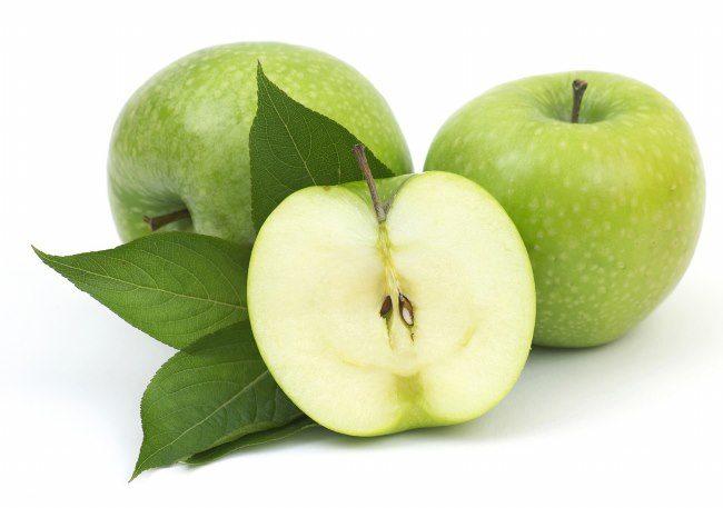 Белая с небольшим зеленым оттенком мякоть яблока сорта Семеренко
