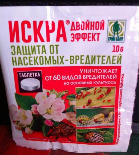 Пакет с инсектицидом Искра Двойной эффект для уничтожения короедов на яблонях