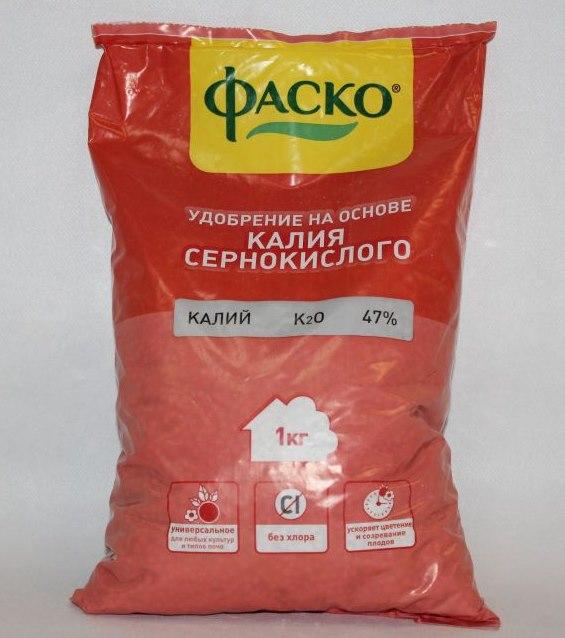 Пакет с удобрением на основе сернокислого калия для летней подкормки яблони