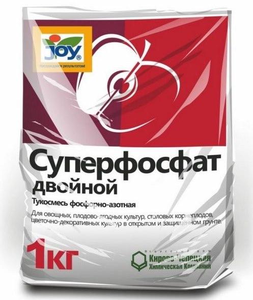 Пакет с двойным суперфосфатом для весеннего внесения в приствольный круг яблони