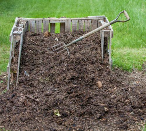 Деревянный ящик с компостом для подкормки плодовой сливы