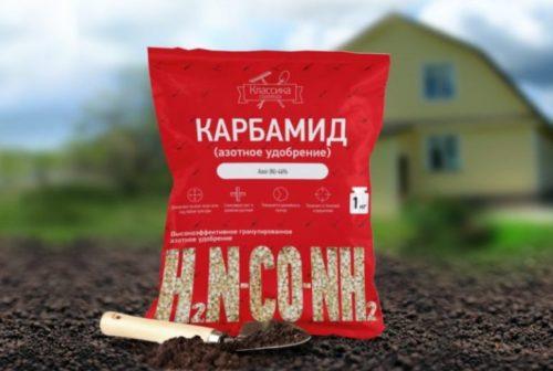 Пакет с мочевиной для весенней и летней подкормок сливы в саду