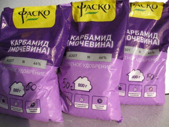 Три пакета с карбамидом для весенней подкормки сливового сада