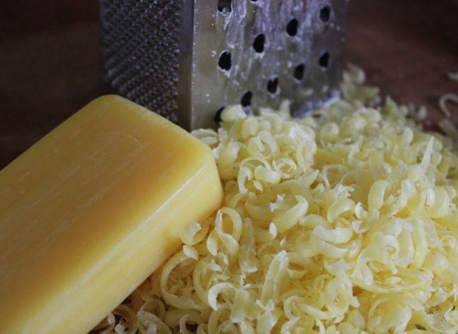 Протирание хозяйственного мыла на терке для обработки сливы от тли