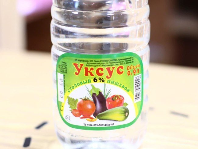 Бумажная этикетка на пластиковой бутылке с уксусом столовым