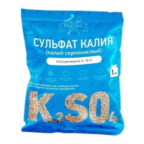 Синий пакет с сульфатом калия для внесения в приствольный круг сливы