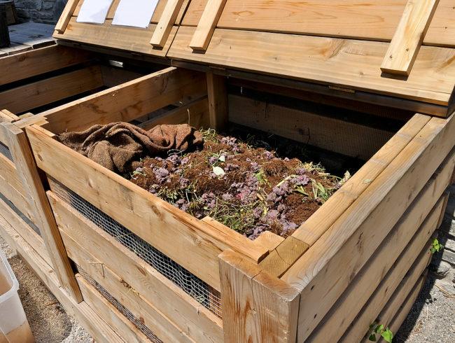 Деревянный ящик для подготовки компоста на загородном участке