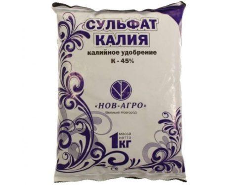 Полиэтиленовый пакет с сульфатом калия для удобрения плодовых деревьев
