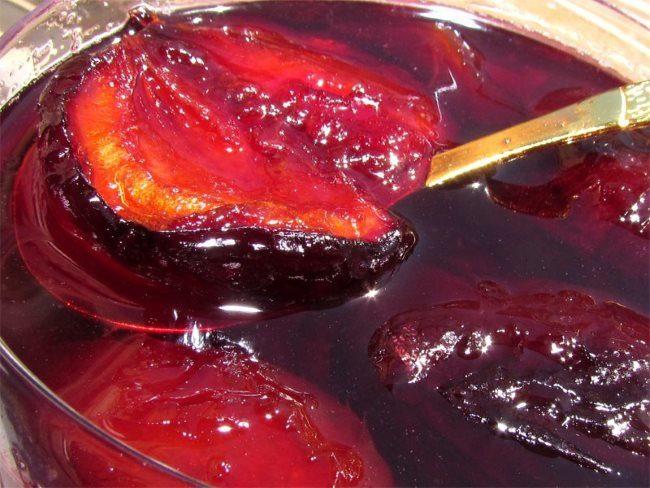 Домашнее варенье из половинок сливовых плодов с сахарном сиропе