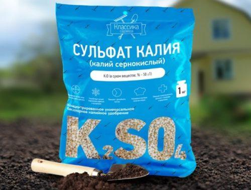 Синий пакет с сернокислым калием для подкормки плодовых деревьев