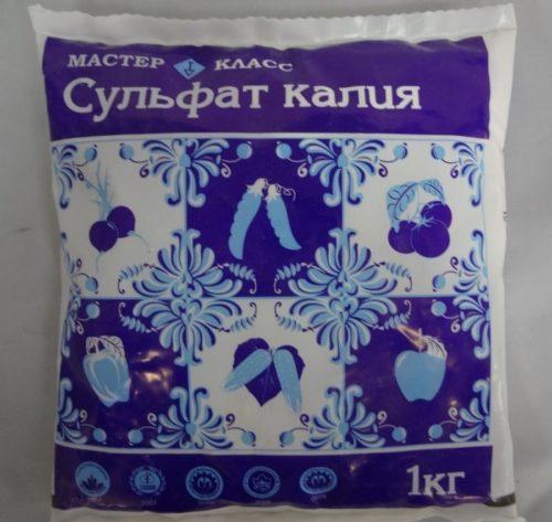 Полиэтиленовый пакет с сульфатом калия для удобрения сливы