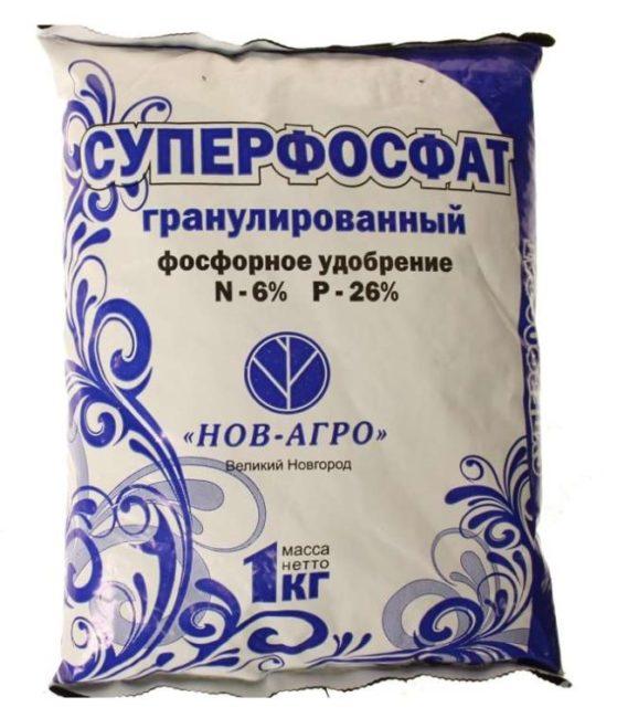 Пакет с гранулированным суперфосфатом для подкормки сливы на дачном участке