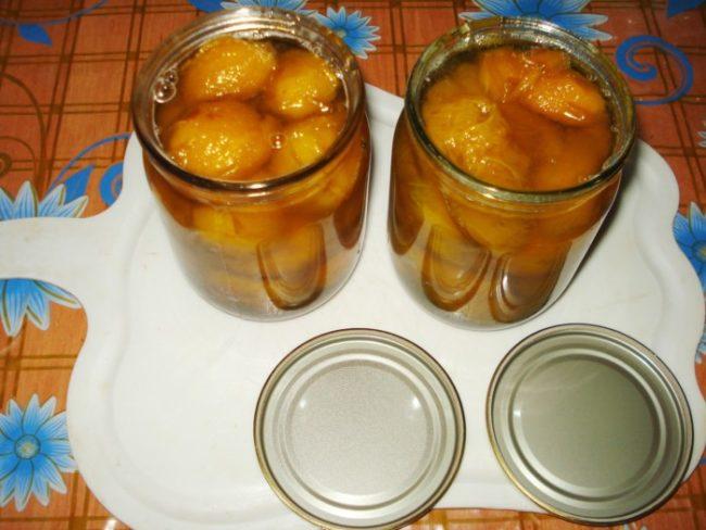 Две стеклянные банки с желтой сливой в сахарном сиропе без косточек