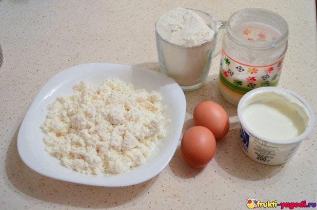 Ингредиенты для приготовления сырников на столе