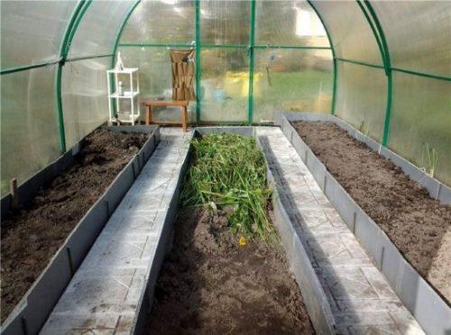 Приподнятая грядка из плоских асбестовых листов для выращивания огурцов в теплице