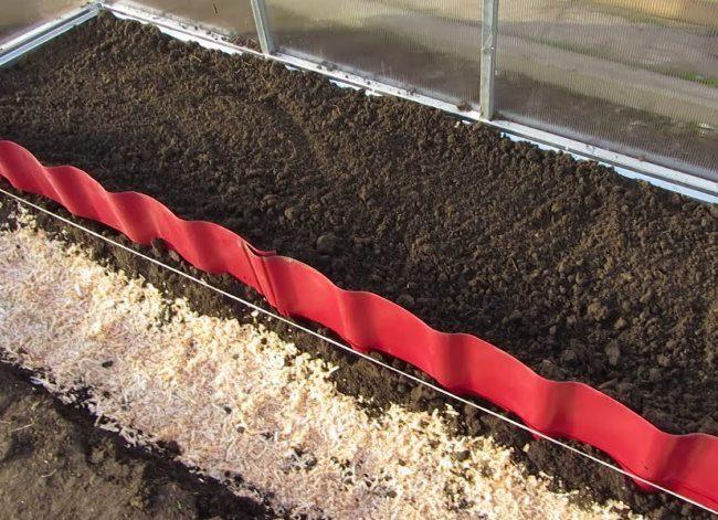 Высокая грядка для огурцов с питательным грунтом и бортами из металлочерепицы