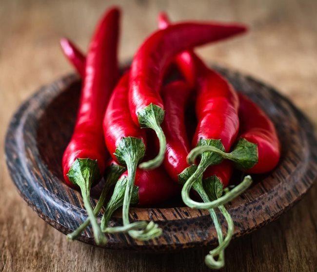 Красные стручки острого горького перца для приготовления народного средства от тли