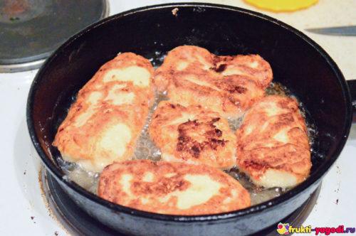 Почти готовые сырники дожариваются в сковороде