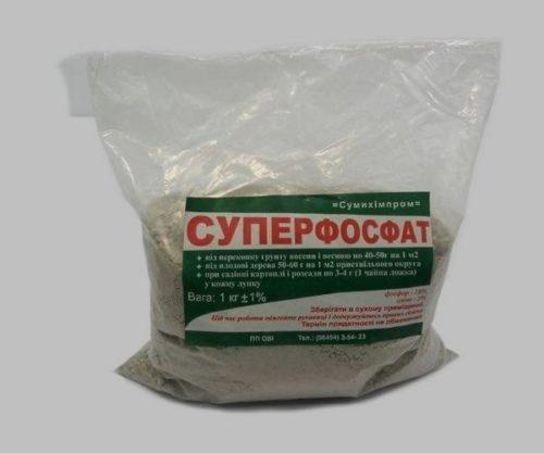 Полиэтиленовый пакет с суперфосфатом для подкормки сливы