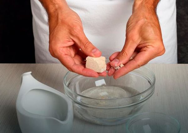Измельчение прессованных дрожжей в теплой воде в процессе приготовления подкормки