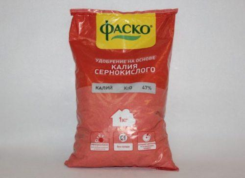 Удобрение на основе калия в пакете красного цвета