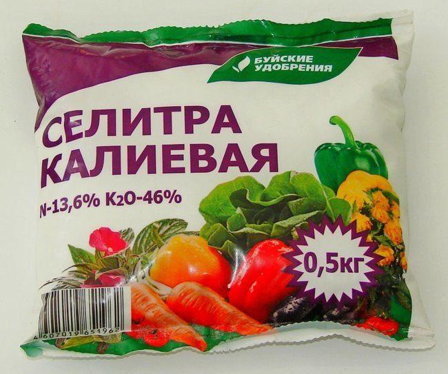 Пакет с калиевой селитрой весом в полкилограмма для подкорки огурцов в период плодоношения