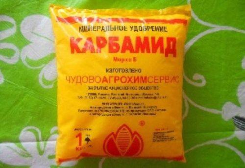 Пакет с белыми гранулами карбамида для подкорки огурцов