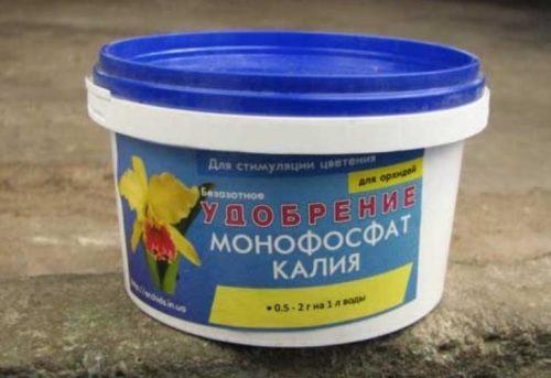 Пластиковая баночка с монофосфатом калия для внесения под огурцы