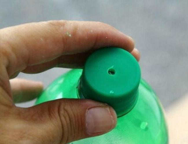 Пробка пластиковой бутылки с отверстием для капельного полива огурцов