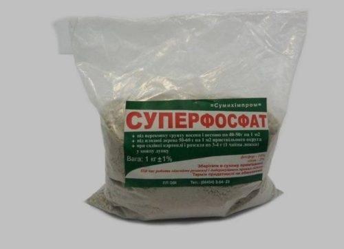 Полиэтиленовый пакет с суперфосфатом для подкормки рассады огурцов