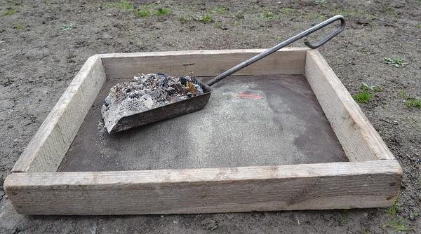 Просеивание золы перед приготовлением питательного раствора для огурцов