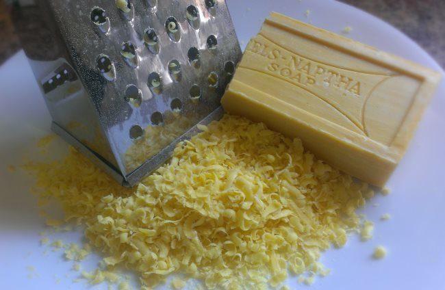Измельчение куска хозяйственного мыла на металлической терке