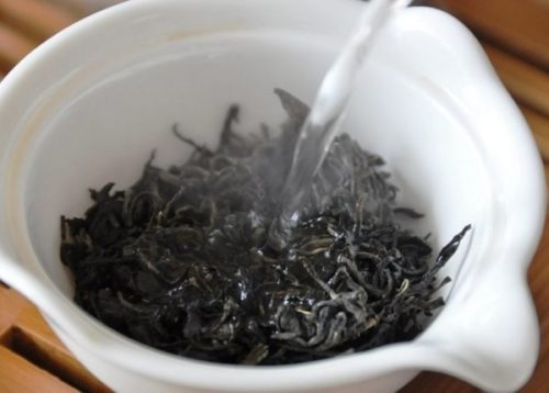Заваривание чая для корневой подкормки драцены по народному рецепту