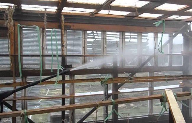 Обработка каркаса теплицы дезинфицирующим составом перед посадкой огурцов
