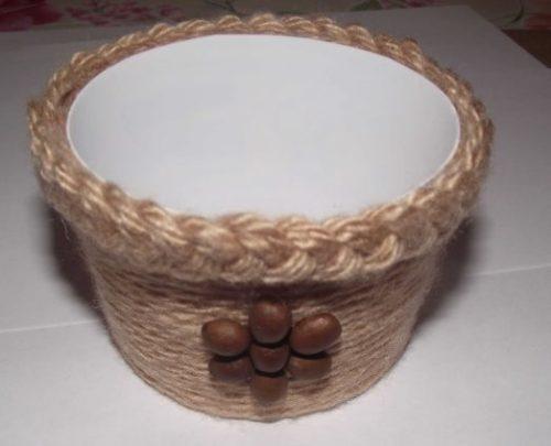 Ведерко из-под майонеза с декором из шерстяных ниток