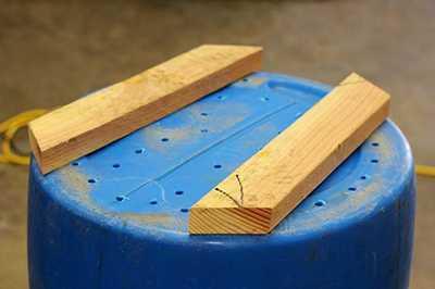 Деревянные ножки на вазоне из пластиковой бочки с дренажными отверстиями