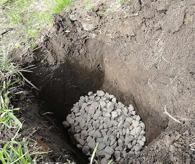 Слой щебня средней фракции на дне ямы для посадки винограда