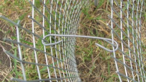 Скрепление сеток габиона с помощью проволочной стяжки